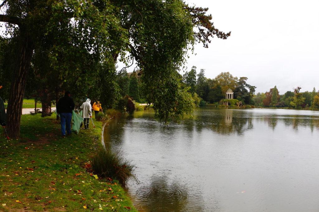 Opération Volontaires à Paris - nettoyage des berges des lacs du Bois de Vincennes- Paris